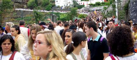 The huge crowd accompanying the Virgin's throne, Las Nieves, Santa Cruz de la Palma
